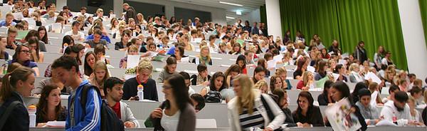 Studierende im Hörsaal 1 des Uni/PH-Gebäudes