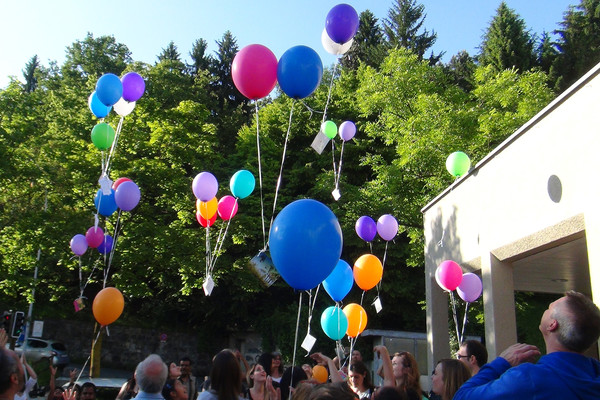 Luftballons steigen gen Himmel.