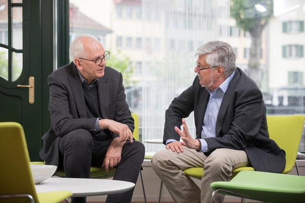 Michael Zutavern (links) und Hans-Rudolf Schärer im Gespräch.