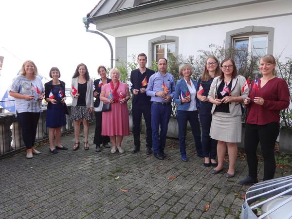 Die Damen des International Office mit Gästen aus Europa auf der Terrasse.