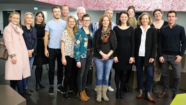 Gruppenbild mit Premierendiplom-Inhaberin Helen Kaufmann (vordere Reihe, dritte von rechts).