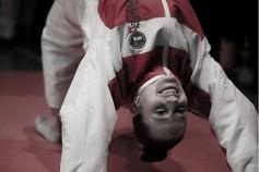 Ein Bild von Sina Burri, die mit Händen und Füssen auf dem Boden steht.