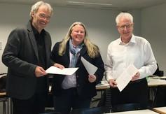 Kooperation vertieft und am 24. Januar 2020 in Luzern besiegt (von rechts): Peter Gautschi (PH Luzern), Kori Street (USC Shoah Foundation) und Werner Dreier («erinnern.at»). Bild: Andrea Szonyi.