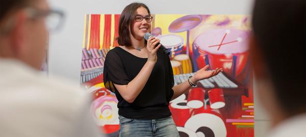 Schülerin präsentiert ihr Musik-Projekt