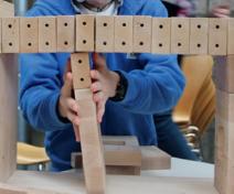 Kind mit Holzklötzen
