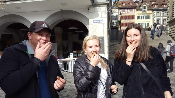 Ausstauschlehrpersonen essen Marroni