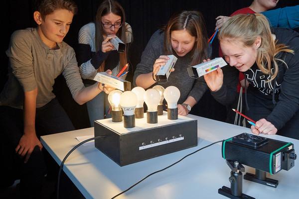 Schülerinnen und Schüler aus Reiden untersuchen verschiedene Lichttemperaturen.