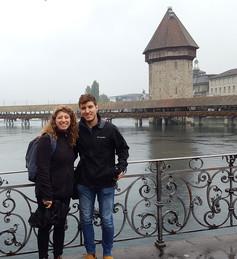 Zwei Ausstauschstudierende vor Kappelbrücke
