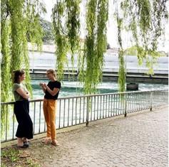 Flurina Alther und Rebecca Theiler im Gespräch an der Reuss