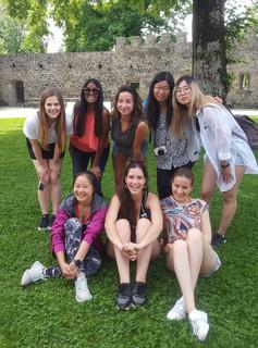 Studentinnen vor dem Schloss Hallwyl