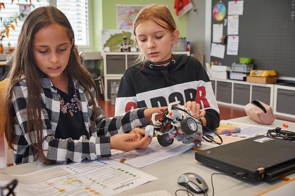 Zwei Schülerinnen und ihr Robotor