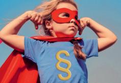 Mädchen als Superheld verkleidet