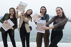 Absolventinnen mit Diplom