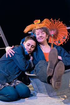 zwei Frauen auf der Bühne