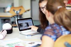 Schülerinnen lernen mit entdecke.lu.ch.