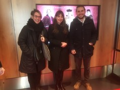 Karin Fuchs (l.) zusammen mit den Masterstudierenden Daniela Scheidegger und Fabian Blaser an der Filmpremiere.