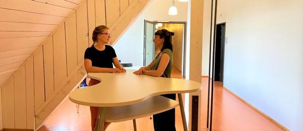 Rebecca Theiler und Flurina Alther im Gespräch in der Sentimatt